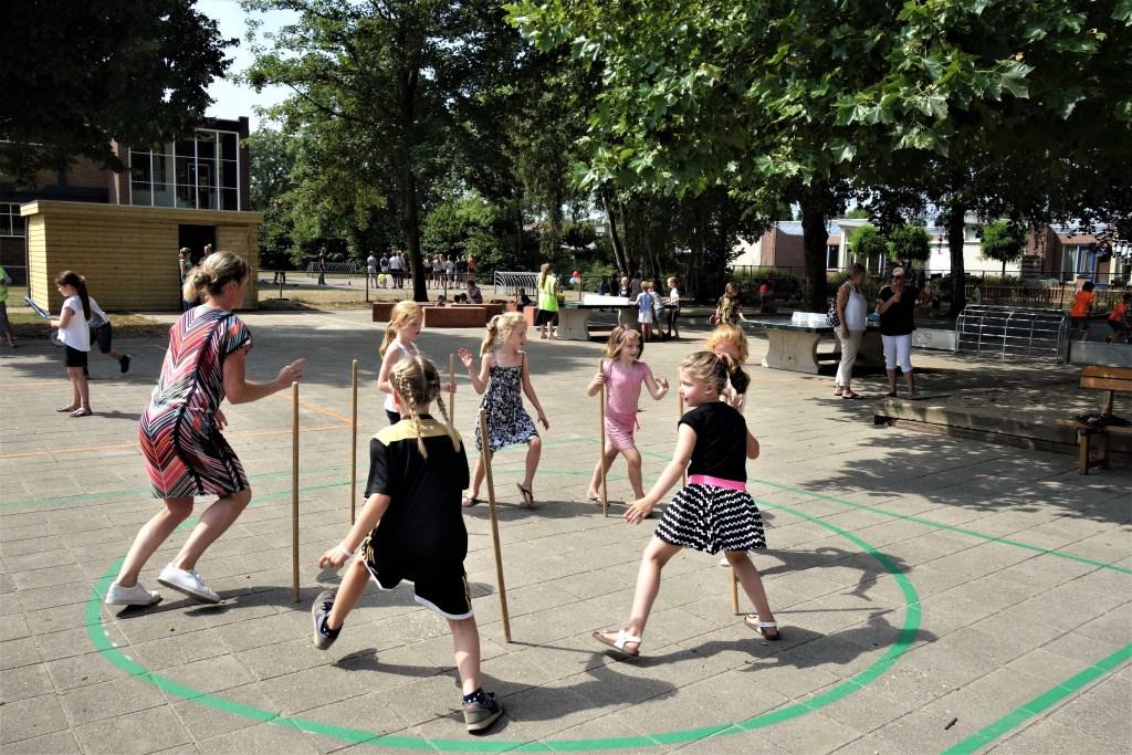 Veel (speel)mogelijkheden op het nieuw ingerichte plein. Foto: Clemens Bielen  © Achterhoek Nieuws b.v.
