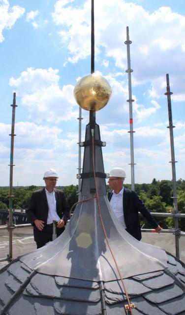 Wethouder Martin Som en Hans Beltman (r) van de gemeente Montferland bij de pinakel boven op 't Neije Raethuys. Foto: Marlous Velthausz