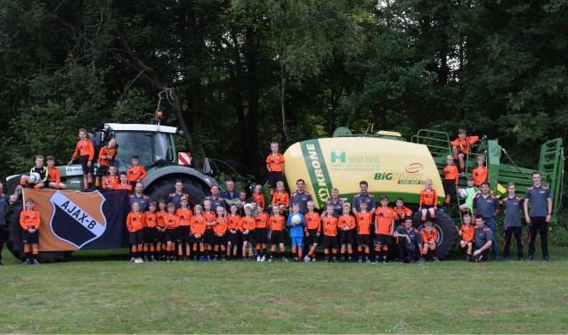 De jeugd van Ajax B is maar wat blij met Loon- en Grondverzetbedrijf van Hal. Foto: PR