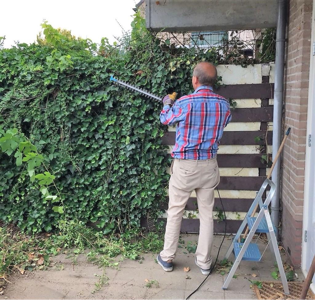 Flex-vrijwilliger snoeit in de tuin via Present Bronckhorst. Foto: PR Present Bronckhorst  © Achterhoek Nieuws b.v.