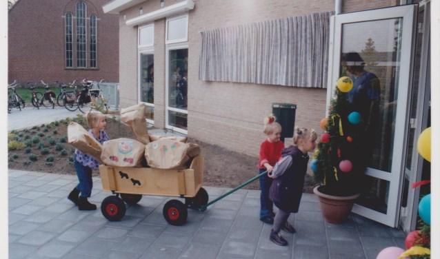 Opening van De Schildpad; peuter rijden de kar naar binnen. Foto: collectie Ben Maandag