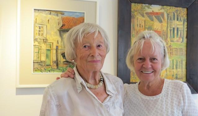 Leida van Aken en Anneke Kuipers (r) zetten zich met verve in voor 'Kleurrijk Verzameld alles uit de kast!' Foto: Josée Gruwel