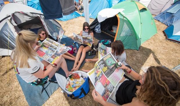 Lekker een krantje lezen op de camping. Foto: Kamiel Scholten