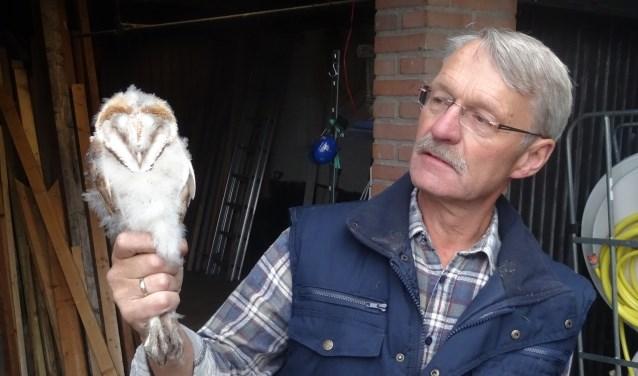 Dick Langwerden met een uilskuiken. Foto: PR