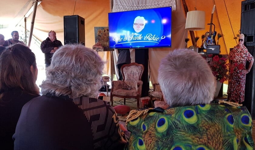 Bennie Jolink en Tante Rikie kijken naar de film over Tante Rikie. Foto: Henri Walterbos