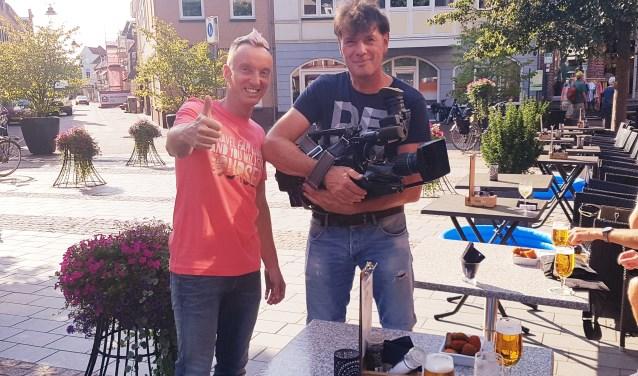 Opnames op de Markt in Groenlo voor de nieuwe clip van Stefan Mondial (l). Foto: Kyra Broshuis