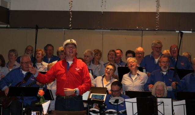 De Grensvaarders, met vooraan in rood overhemd dirigent Feico van Soest. Foto: PR