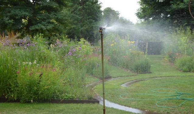Sproeien is noodzaak in deze droge zomer. Foto: PR