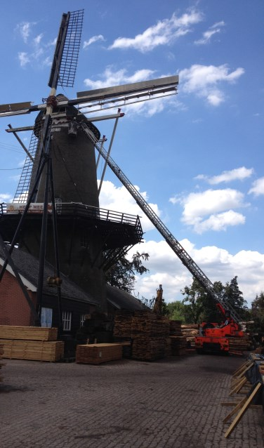 De molen Agneta knapt zienderogen op van de verfbeurt. Foto: PR.
