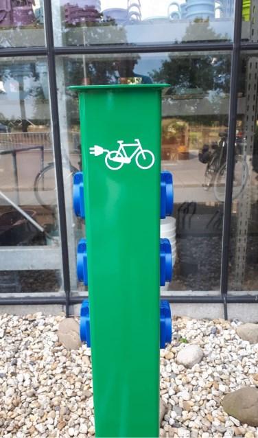 Op het parkeerterrein bij Intratuin is nu een oplaadpunt voor e-bikes te vinden. Foto: PR
