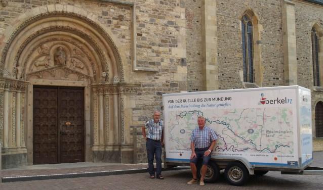 Roel Heij (li.) en Franz-Josef Menker leiden u langs de Berkel over sporen van een religieus verleden, hier voor het portaal van de Stiftskerk Vreden. Foto: eigen foto