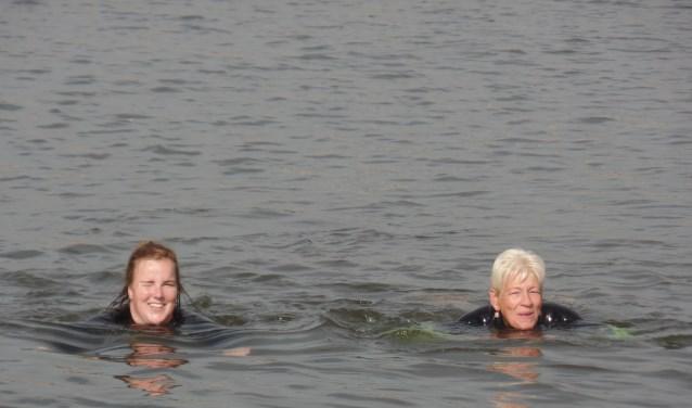 In het open water van de Marshaven in Zutphen trainen Astrid Sprukkelhorst (rechts) en Kayra Hilferink  vanaf dit voorjaar gemiddeld twee maal per week voor de A Local Swim Lemmer. Foto: Jan Hendriksen.