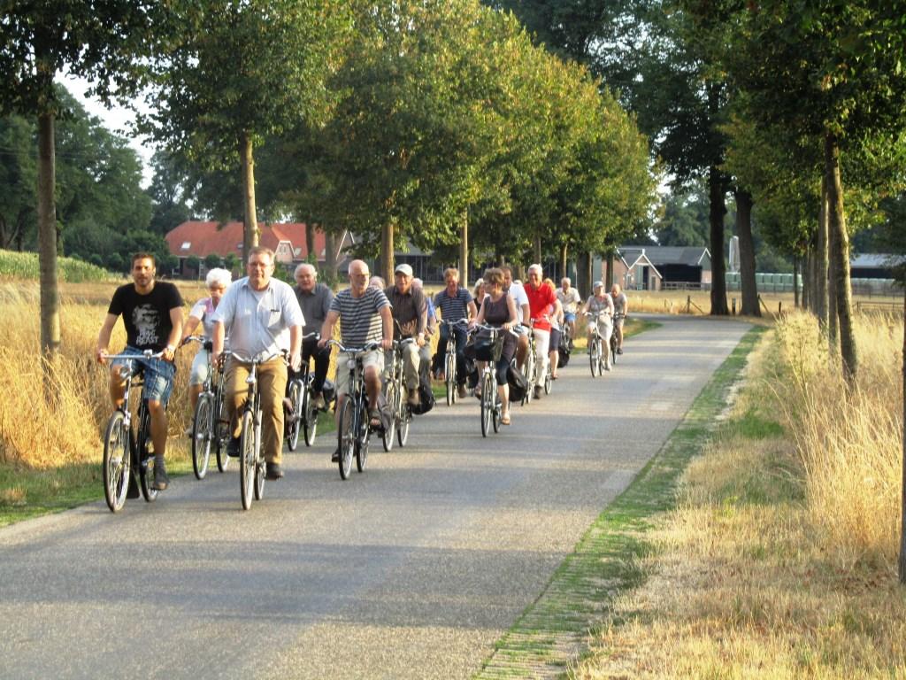 De Progressieve Partij nadert op de fiets het pompstation in Corle. Foto: Bernhard Harfsterkamp  © Achterhoek Nieuws b.v.