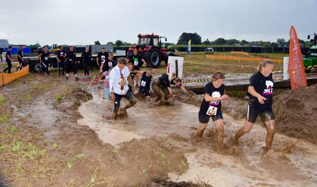 Alle hindernissen  hebben met het boerenleven te maken; ploeterend door de modder. Foto: PR