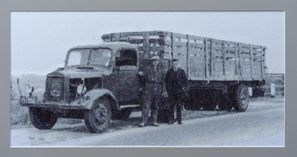 De oude vrachtwagen van Hannink, geborduurd door Wilma Navis. Foto: Hendriks Fotografie  © Achterhoek Nieuws b.v.