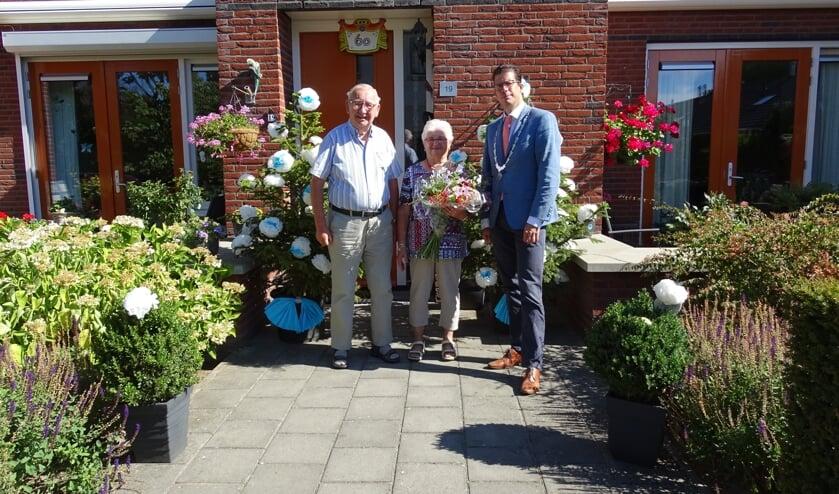 Het echtpaar Scheper met burgemeester Van Oostrum. Foto: Gerard Scheper