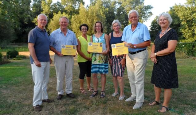 Enkele Lionsclub leden en vertegenwoordigers van de zwembaden in Steenderen, Hengelo en Hoog-Keppel met de uitgereikte cheques (Vorden ontbrak op de bijeenkomst). Foto: PR