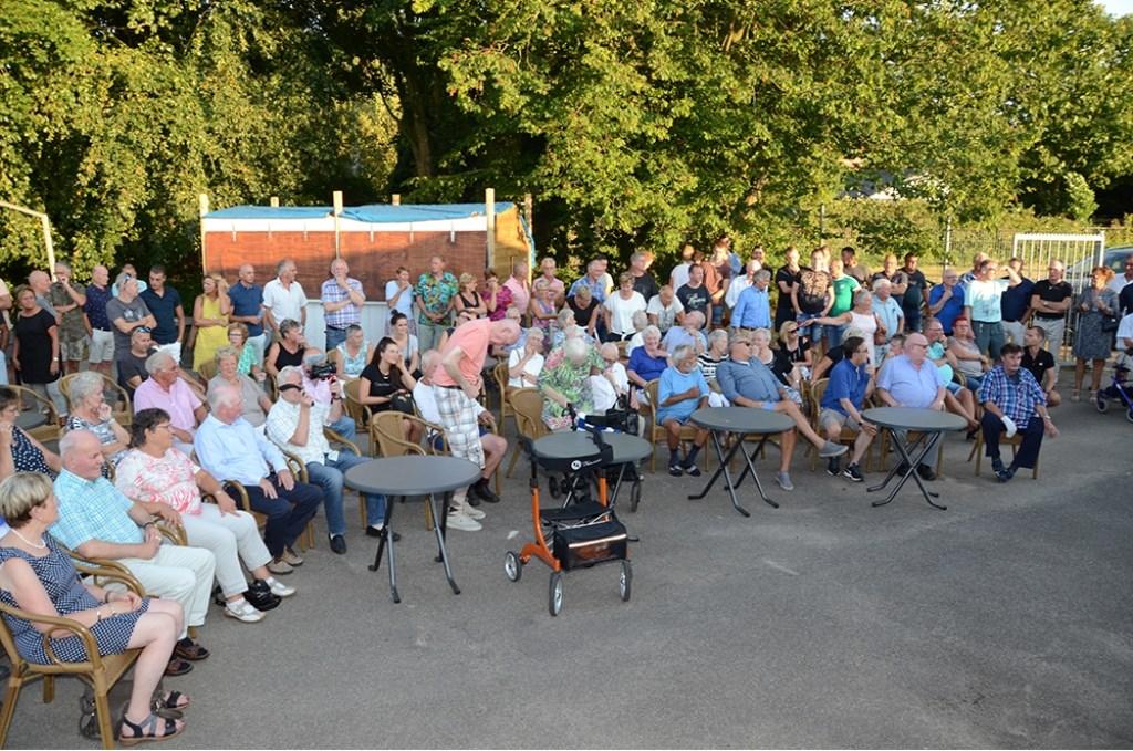 Leden van AZC bijeen voor de onthulling van de jubileumherinnering. Foto: Freddy Burgers  © Achterhoek Nieuws b.v.
