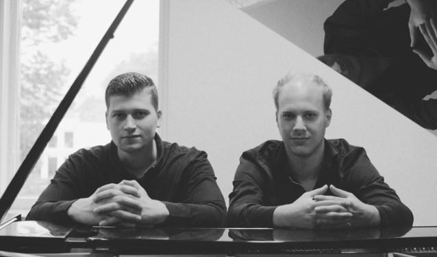 Enrico Reus (links) en Jorrick Simmes kennen elkaar al jaren, ze zitten allebei op het conservatorium en spelen graag samen piano. Foto: Hao Chen
