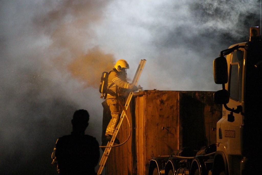 Brand in een container van een vrachtwagen bij afvalverwerker Dusseldorp BV. Foto: GinoPress B.V.  © Achterhoek Nieuws b.v.