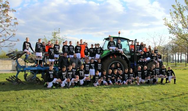 De jeugdteams JO13 van Sportclub Neede, hier op bezoek bij Olminkhof, naast Boenders sponsor van de jeugd van Sp. Neede. Foto: PR