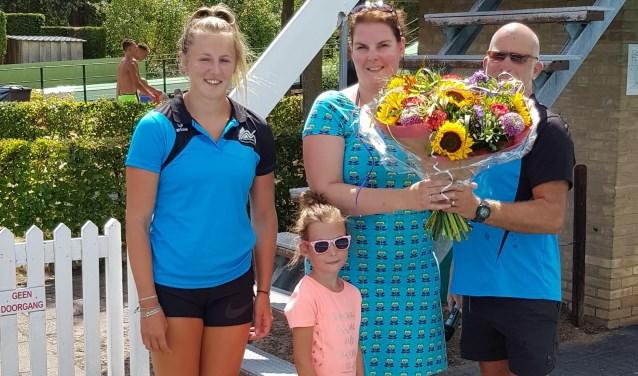 Marieke Diepenbroek werd samen met haar dochter als 50.000ste bezoeker verwelkomd op recreatiebad De Meene. Foto: PR.