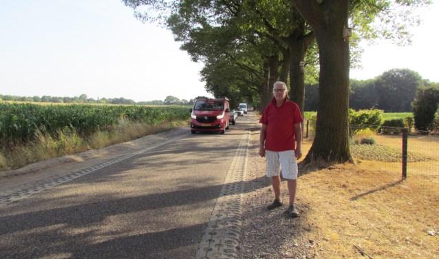 Ferd van Dongen voor zijn woning op de - nu erg drukke - weg. Foto: Rob Stevens