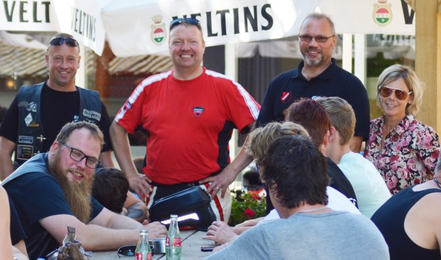 Herwin Hijink en Roy Vultink van motorclub BMC Bredevoort, Bert van Asselt, directeur GUV, en Esther Rave van woonzorgcentrum Dr. Jenny Dinxperlo.  Foto: Mariëlle Soyer