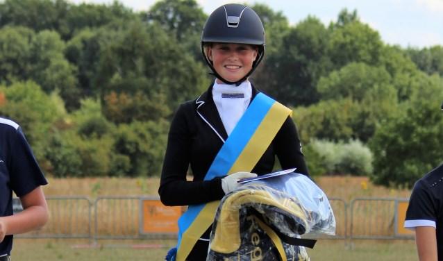 Jasmijn Swennenhuis met het Kampioenslint behaald met haar pony Voltreffer's Vlegel in de klasse L2. Cat. D/E. Foto: Willem Hamer