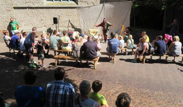 Theatervermaak tijdens de Vestingdag in Groenlo. Foto: Theo Huijskes Foto:  © Achterhoek Nieuws b.v.