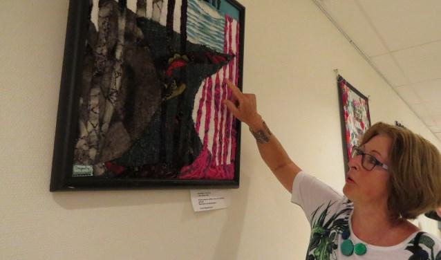Yvonne Wingender geeft uitleg over haar werk 'Doorkijkje in het woud'. Foto: Josée Gruwel