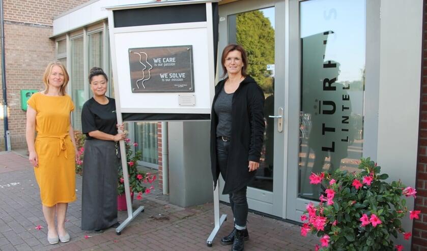 Van links naar rechts Sandra, Sonja en Hendrien bij het bord dat herinnert aan de schenking van het echtpaar Beele. Foto: Lydia ter Welle
