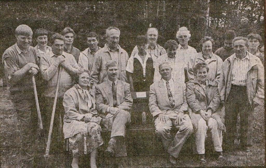 Krantenfoto van de aanbieding van het bankje. Foto: archief