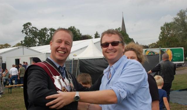 Mark Limbeek (r) wordt gefeliciteerd met zijn koningstitel zijn voorganger Mark Fenneman. Foto: PR