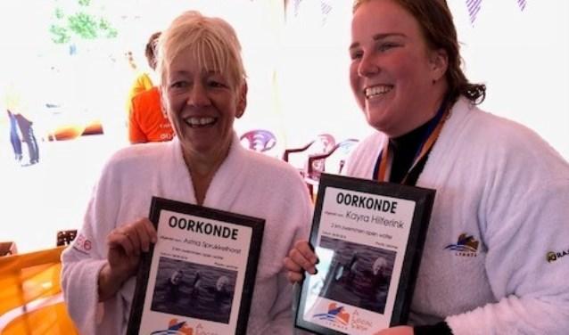 Astrid Sprukkelhorst (l) en Kayra Hilferink met hun oorkonde. Foto: PR.