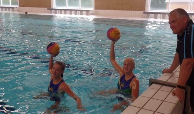 Trainer/coach Arie Rijneveld met Maud van der Waarden en Meike Reinders. Foto: Jan Hendriksen.