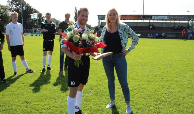 Erwin van de Wolfshaar wordt in de bloemetjes gezet voor zijn prestaties. Foto: PR