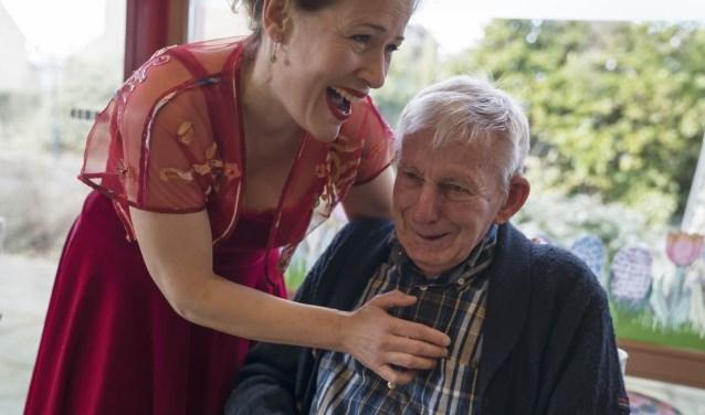 Diva Dichtbij werkt zingend mee aan de viering van Wereld Alzheimer Dag.Foto: Claudia Kamergorodski