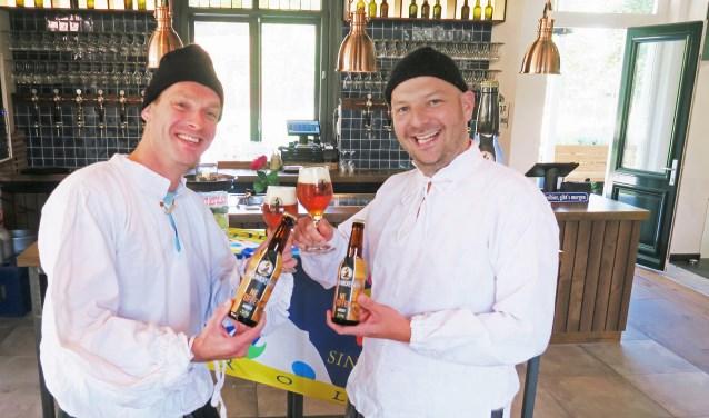 President Maarten Kooiker (rechts) en vorst Miquel Porskamp van CV De Knunnekes hebben de nieuwe carnavalsleiders op het (Brouwers)nös gevangen. Foto: Theo Huijskes