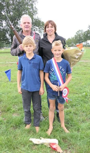 Hans Kraan met zijn koningin Astrid Radstake en jeugdkoning Guus Veenink met zijn secondant Rutger Mebelder. Foto: PR