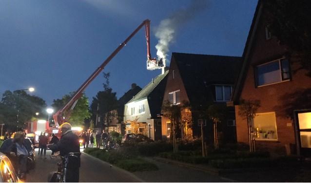 De brandweer kwam met een hoogwerker en veegde de schoorsteen, waarna het vuur doofde. Foto: 112 Nieuws Gelderland