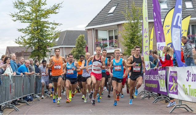 De mannen zijn kort na de start nog bijeen; Winnaar Frank Futselaar meldde zich met nummer 3 Rot Hoornweg meteen vooraan. Foto: Henk van Raaij