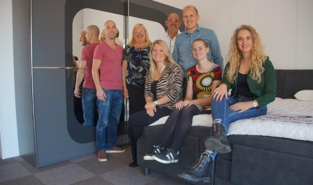 Niek Demmers en ouders Niek en Jennie te midden van het team binnendienst. Foto: Bernadet te Velthuis