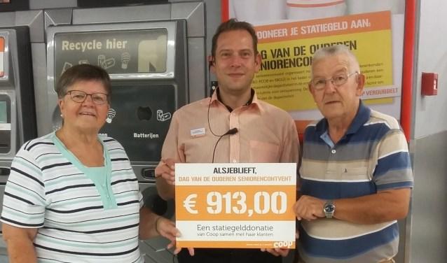 Doordat de Coop het bedrag nog verdubbelde bleef de teller pas steken op 913 euro; (vlnr) Jo Hiddink, Stanley Kramers en Theo Bleumer.Foto: PR