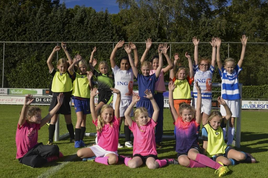 Groepsfoto van de deelnemende meiden. Foto: Gerrie Evers, clubfotograaf zelos  © Achterhoek Nieuws b.v.
