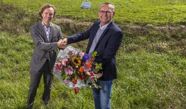 Bedrijfsleider Jeroen Swienink van Betting Ressing krijgt bloemen overhandigd van Arthur Bors, directeur van Laarberg. Foto: PR