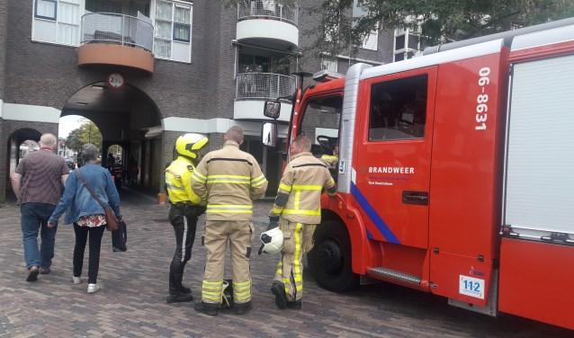De brandweer verrichtte metingen in de woning aan het Schouwburgplein in Doetinchem. Foto: 112 Nieuws Gelderland