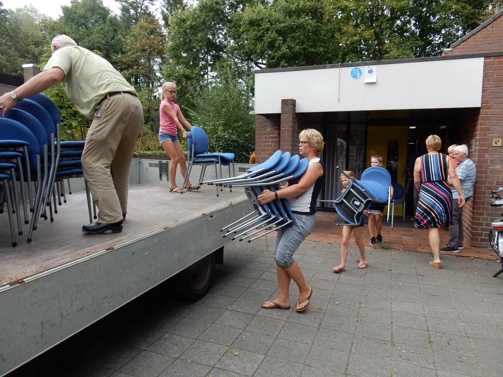 De familie Ruiterkamp van De Lindesche Molen (jong en wat ouder) laadt de stoelen op. Foto: PR  © Achterhoek Nieuws b.v.