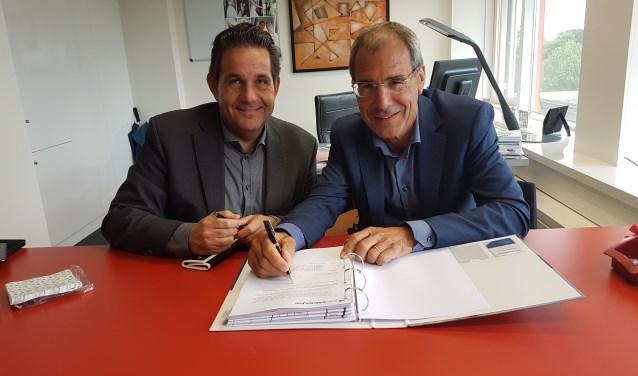 De ondertekening van de overeenkomst tussen Azora en De Meeuw door Hans Metzemaekers (r) en Peter Slaats. Foto: PR