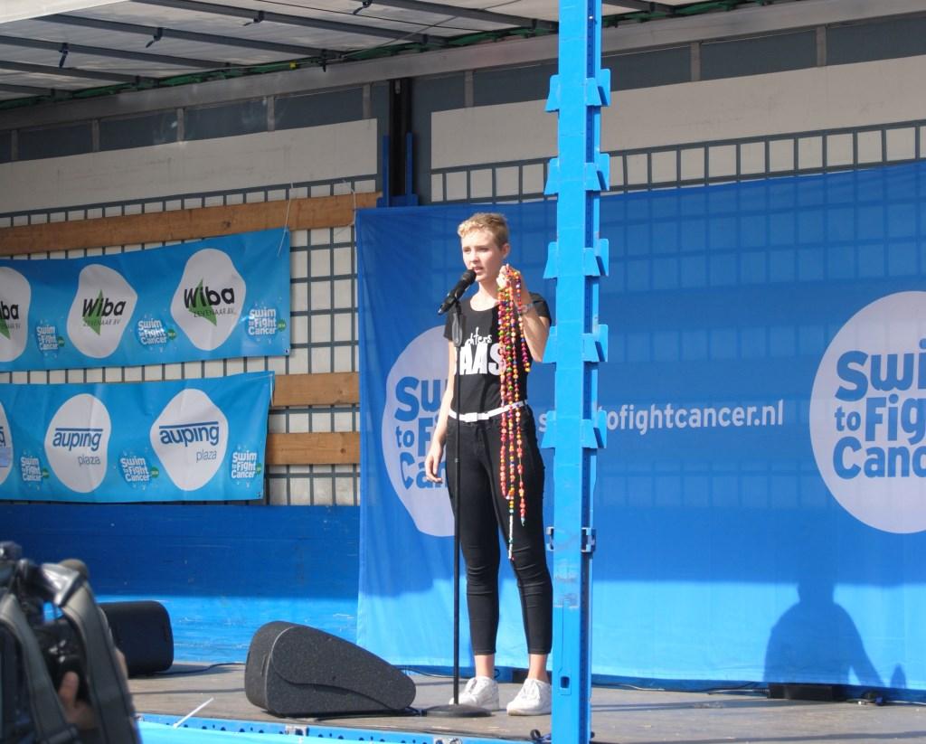 Lisanne Spaander doet haar indrukwekkende verhaal, terwijl ze haar ketting toont. Foto: StadDoetinchem.nl  © Achterhoek Nieuws b.v.